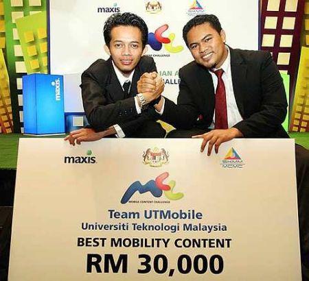 Pelajar Universiti Teknologi Malaysia Hasnol Ariff Hussin (kiri) dan Muhamad Bukhairi Samsudin bersama replika cek selepas memenangi perisian mobiliti terbaik sempena Maxis Mobile Content Challenge 2009 di Kuala Lumpur hari ini. - Foto The Star SHAARI CHEMAT