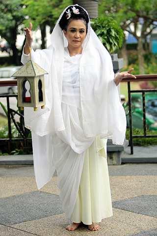 Azizah melakonkan watak Mira dalam Mana Setangginya. -foto The Star oleh AHMAD IZZRAFIQ
