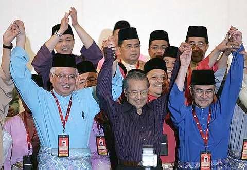 TETAP HADIR...Perhimpunan Agung UMNO 2008 berakhir dengan penuh ceria apabila bekas Perdana Menteri Tun Dr Mahathir Mohamad (dua, kanan) menghadiri hari terakhir perhimpunan itu yang berlangsung di Dewan Merdeka, PWTC. Beliau turut mengesahkan kesediaannya menyertai semula parti yang pernah diterajuinya itu. Kehadirannya mendapat sorakan dan tepukan gemuruh daripada perwakilan selain disambut dengan pelukan oleh para pemimpin lama dan baru parti termasuk Perdana Menteri Datuk Seri Abdullah Ahmad Badawi (kanan), Presiden UMNO Datuk Seri Mohd Najib Tun Abdul Razak dan Timbalan Presiden Tan Sri Muhyiddin Yassin (kiri).