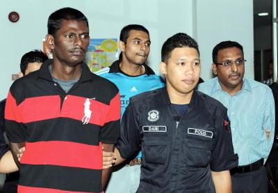 Tiga tertuduh kes pembunuhan Datuk Sosilawati Lawiya, R.Matan (kiri), T.Thilaiyalagan (dua kiri) dan bekas peguam N Pathmanabhan (kanan) diiringi anggota polis selepas mahkamah memutuskan menjatuhkan hukuman gantung sampai mati, bagi kesalahan melupuskan mayat jutawan kosmetik Datuk Sosilawati Lawiya dan tiga individu lain, di Mahkamah Tinggi Shah Alam, Khamis. -fotoBERNAMA