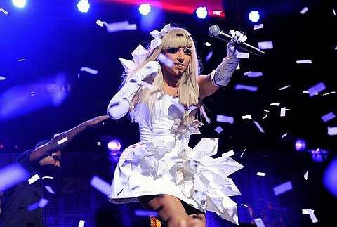 Imej Lady Gaga yang seakan Madonna, suka berpekaian korset dan pakaian terdedah.