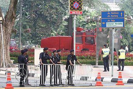 KAWAL...Polis mula mengawal keselamatan dengan menutup beberapa laluan utama menghala ke Kuala Lumpur. Ia dilakukan bagi menyekat penyokong kumpulan yang membantah dan juga menyokong Akta Keselamatan Dalam Negeri (ISA) daripada meneruskan niat mereka mengadakan perhimpunan masing-masing.--foto THE STAR oleh: RAYMOND OOI.