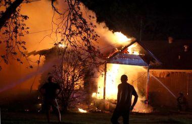Anggota bomba sedang bertungkus-lumus memadam kebakaran di kilang baja dekat Waco, Texas.