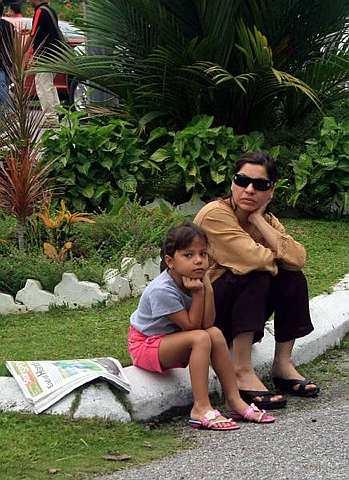 MANGSA yang terselamat dalam kejadian tanah runtuh di dua kawasan perumahan di Bukit Antarabangsa, Hulu Klang di sini, duduk termenung mengenangkan nasib yang menimpa mereka setelah terlibat dalam kejadian itu. -fotoBERNAMA