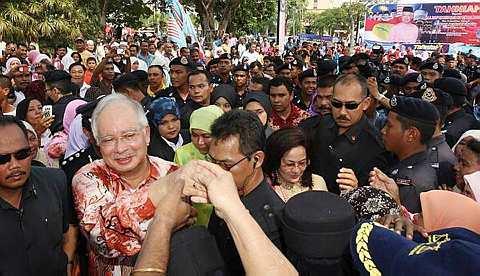 TAHNIAH... Perdana Menteri Datuk Seri Mohd Najib Tun Abdul Razak dan isteri Datin Seri Rosmah Mansor menerima ucapan tahniah dan syabas daripada warga Kuantan pada majlis Sambutan Kepulangan Perdana Menteri di padang Majlis Perbandaran Kuantan Satu (MPK1) hari ini. Beliau disambut meriah oleh kira-kira 40,000 rakyat negeri itu. --fotoBERNAMA