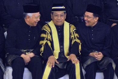 Najib dan Anwar bergurau dengan Speaker Dewan Rakyat, Tan Sri Pandikar Amin Mulia pada sesi pembukaan ke-13 Parlimen, Jun lalu.