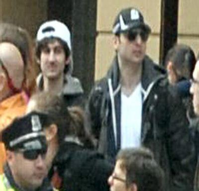 Imej dua suspek yang dipercayai terlibat dalam serangan bom di Boston.