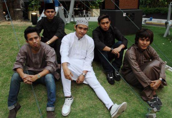 Kumpulan 6ixth Sense sibuk mengadakan aktiviti promosi di Indonesia.
