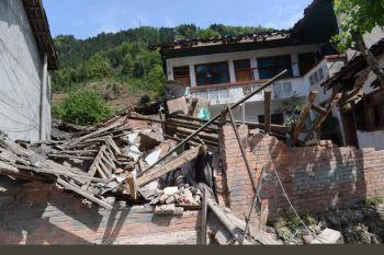 Sebuah rumah di kawasan perumahan Gaohe, di Qionglai dekat bandar Ya'an rosak teruk akibat gempa bumi.