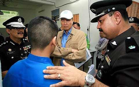 Lee Lam Thye (tengah) bertanya sesuatu kepada seorang daripada pelajar dan juga banduan di Sekolah Integriti Kajang sempena lawatannya ke Penjara Kajang di Kajang, hari ini. Turut sama Zulkifli Omar (kiri) dan Timbalan Penguasa Penjara Kajang Ranjit Singh. - Foto BERNAMA