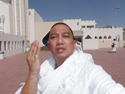 Azwan Ali bergambar kenangan ketika mengerjakan umrah pada 7 hingga 24 September lalu. - foto ehsan AZWAN ALI