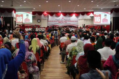 Para perwakilan bersorak ketika nama Menteri Perdagangan Antarabangsa dan Industri Datuk Seri Mustapa Mohamed diumumkan bertanding jawatan anggota Majlis Tertinggi Umno pada Majlis Pengenalan Calon Anggota Majlis Tertinggi dan Sayap Pergerakan Umno 2013-2016 di Bangunan Umno Kelantan di Kota Baharu, Ahad. -fotoBERNAMA
