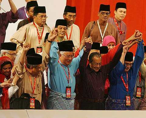 IKTIRAF BARISAN KEPIMPINAN BARU UMNO..Bekas Perdana Menteri, Tun Dr Mahathir Mohamad, mengiktiraf barisan kepimpinan Umno yang baru dipilih. Foto THE STAR Oleh KAMARUL ARIFFIN.