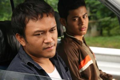 Aktor popular Shaheizy Sam (kiri) bergandingan dengan Syafie Naswip sebagai adik-beradik bernama Am dan Ad dalam filem Songlap.