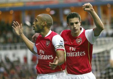 Henry (kiri) dan Van Persie ketika bermain bersama dengan pasukan Arsenal sebelum tahun 2007.