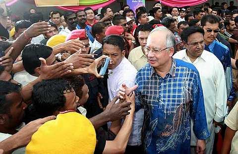 MERIAH... Mohd Najib Tun Abdul Razak bersalaman dengan orang ramai yang menyambut kedatangannya pada Rumah Terbuka Malaysia Deepavali 2008 di Kuala Lumpur petang semalam saat beliau muncul menang tanpa bertanding jawatan Presiden Umno. -fotoBERNAMA