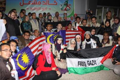 Sebahagian daripada sukarelawan bergambar selepas Misi Solidariti 2012 tiba di Gaza. -fotoBERNAMA