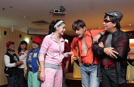 Julia Ziegler (tiga dari kanan) bersama para pelakon melakonkan watak dalam pementasan teater >i>Asmara Songsang.