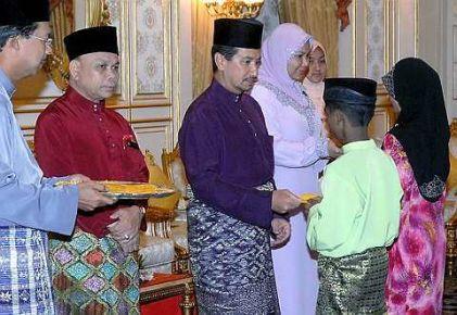 Tuanku Mizan Zainal Abidin dan Raja Permaisuri Agong, Tuanku  Nur Zahirah berkenan menyampaikan sumbangan duit raya kepada kepada anak yatim yang hadir pada majlis berbuka puasa bersama baginda dan kerabat diraja, sahabat serta 100 anak yatim dari Rumah Anak Yatim Darul Kifayah dan Rumah Anak Yatim Darul Taqwa di Istana Negara di sini, malam ini. Turut hadir Pengarah Jabatan Agama Islam Wilayah Persekutuan (JAWI), Datuk Che Mat Che Ali (dua kiri). - Foto BERNAMA