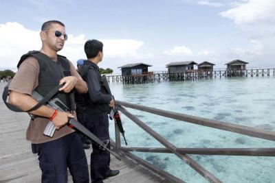 Kawalan ketat oleh petugas keselamatan di resort Pulau Pom Pom, di mana pelancong dari Taiwan ditembak mati dan isterinya diculik, dipercayai kumpulan lelaki bersenjata pada Jumaat lalu. -foto NORMIMIE DIUN/The Star