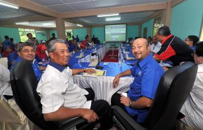 Timbalan Perdana Menteri Tan Sri Muhyiddin Yassin (dua, kiri) bersama Menteri Besar Kedah Datuk Mukhriz Tun Mahathir (kanan) mempengerusikan Taklimat Kesiapsiagaan Jentera Pilhan Raya Kecil menjelang hari mengundi di Bilik Gerakan Barisan Nasional Sungai Limau, Yan, Ahad. -fotoBERNAMA