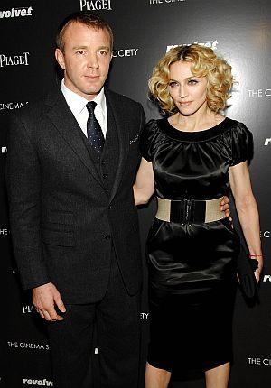 Guy Ritchie bersama Madonna ketika mereka masih bergelar suami isteri - foto AP