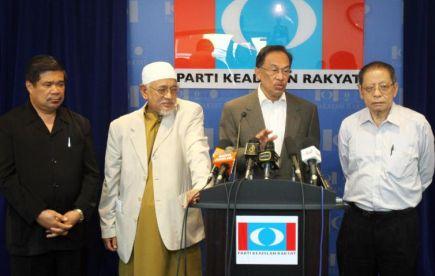 Ketua Pembangkang, Datuk Seri Anwar Ibrahim dan Presiden PAS, Datuk Seri Abdul Hadi Awang ketika sidang media mengenai pendirian Pakatan Rakyat berhubung isu penggunaan kalimah Allah oleh bukan Islam. -fotoFAIHAN GHANI