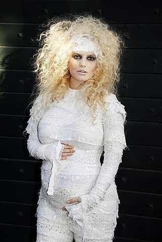 Jessica Simpson hadir ke parti Halloween pada Ahad dengan perut yang sedang membesar.