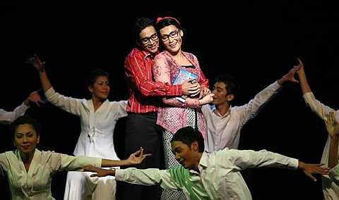 Ketika ini, Mahathir (Zizan Nin) sedang hangat dilamun cinta dengan Siti Hasmah(Erra). Foto The Star oleh GLENN GUAN