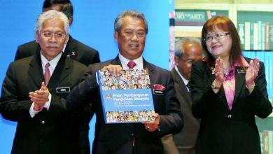 Muhyiddin menunjukkan buku Pelan Pembangunan Pendidikan Malaysia 2013-2025 selepas melancarkan pelan pendidikan itu di Pusat Konvensyen Kuala Lumpur (KLCC) pada Jumaat. Turut hadir Menteri Pelajaran dan Pengajian Tinggi II Datuk Seri Idris Jusoh (kiri) dan Timbalannya Datuk Mary Yap Kain Ching.-fotoBERNAMA