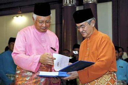 SERAH TUGAS SECARA RASMI...Tun Abdullah Ahmad Badawi menyerahkan Fail Meja YAB Perdana Menteri simbolik penyerahan tugas sebagai Perdana Menteri keenam kepada penggantinya Datuk Seri Mohd Najib Tun Abdul Razak di Pejabat Perdana Menteri.