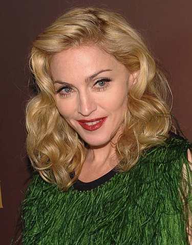 Pop ikon Madonna masih berjaya memikat hati lelaki muda meskipun usianya sudah menjangkau 50 tahun.