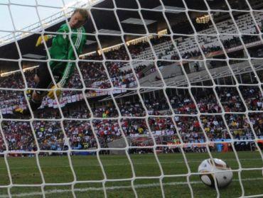 Penjaga gol Jerman, Manuel Neuer cuba menyelamatkan bola yang telah melepasi garisan gol. Namun jaringan Lampard itu dinafikan pengadil ketika aksi Piala Dunia 2010.