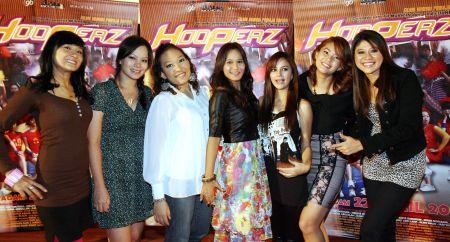 Melissa (dua dari kiri) bersama pelakon filem Hooperz yang lain ketika pratonton filem tersebut di Cathay Cineleisure Damansara semalam. - Foto oleh AZHAR MAHFOF