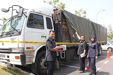 Ketua Bahagian Siasatan Jenayah Ibu Pejabat Polis Daerah Batu Pahat, DSP Shafie Abdul Samad   menunjukkan sebuah daripada dua lori membawa muatan sardin yang ditemui semula selepas dilarikan oleh pemilik lori pada Isnin