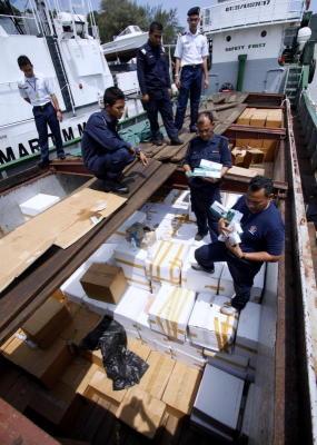 Beberapa anggota Agensi Penguatkuasaan Maritim Malaysia (APMM) memeriksa kotak-kotak berisi rokok kretek yang cuba diseludup semasa kapal yang ditahan itu di bawa ke Pusat Tahanan Vesel, Kemaman, Terengganu. Kira-kira 50,000 karton rokok berkenaan cuba diseludup di sekitar perairan Kuala Pahang, petang Selasa. Sehubungan itu seramai 14 suspek warga Indonesia dan enam suspek warga tempatan yang berada di atas kapal itu telah ditahan untuk membantu siasatan. -fotoBERNAMA