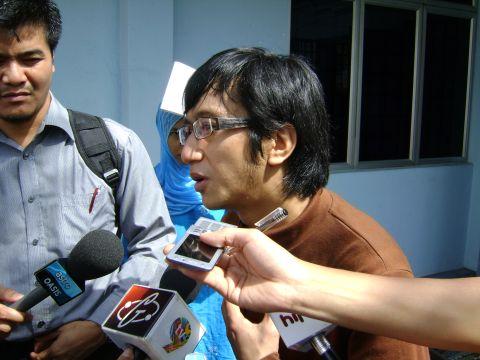 Radhi OAG ditemuramah oleh para wartawan di perkarangan mahkamah semalam.