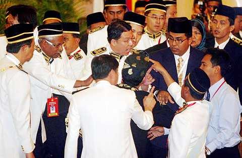 BERTIKAM LIDAH...  ADUN Pakatan Rakyat dan Barisan Nasional terlibat dalam pertikaman lidah pada sidang Dewan Undangan Negeri Perak Khamis lalu.