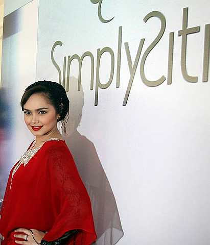 SimplySiti lancar tiga warna gincu bibir baru Foto The Star Oleh AZLINA ABDULLAH