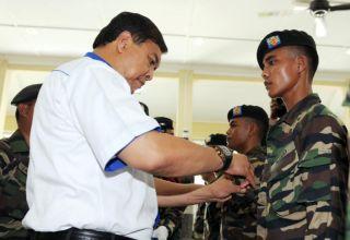 Zahid Hamidi memakaikan pangkat kepada enam anggota Lain-lain Pangkat (LLP) 13 RAMD yang baru pulang dari Op Daulat di Sabah menerusi kaedah time-base.
