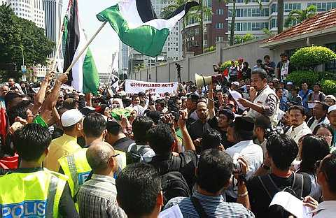 Suasana perhimpunan selepas memorandum diserahkan kepada pihak kedutaan AS.