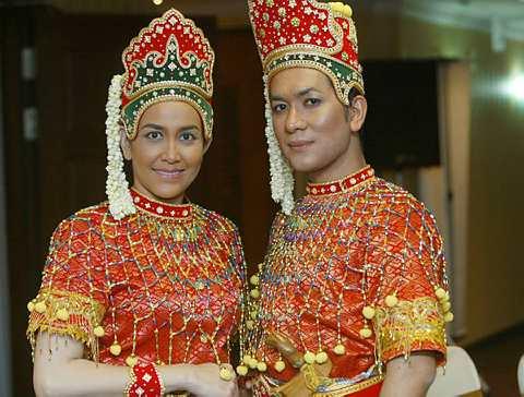 Juhara (kiri) dan Rosnan ketika majlis pra-tonton Makyung Anak Raja Serupa. -Foto Utusan