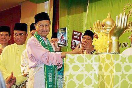 Bekas Perdana Menteri Tun Dr Mahathir Mohamad ketika melancarkan buku berjudul