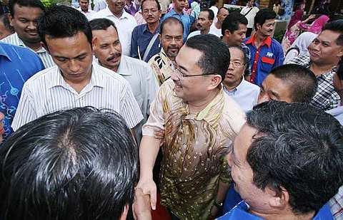 DATUK Wan Ahmad Farid Wan Salleh (tengah) diberikan ucapan tahniah oleh penyokongnya selepas diumumkan sebagai calon Barisan Nasional untuk pilihan raya kecil Parlimen Kuala Terengganu semalam. - fotoBERNAMA