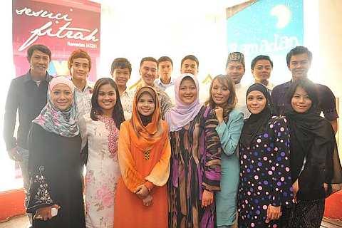 Barisan personaliti TV3 dan artis yang terlibat dalam pelbagai program majalah, variasi dan dokumentari bersempena bulan Ramadan ini. - Foto ihsan TV3