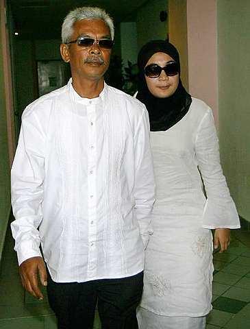 Raisuddin dan isteri kedua ketika hadir ke mahkamah.