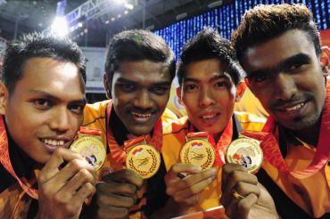 Atlet quartet negara 4x400 meter (dari kiri) Muhammad Yunus Lasaleh, Kanathasan Subramaniam, Sehzuan Ahmad Rosely dan Yuvaraaj Panerselvam menunjukkan pingat emas yang dimenangi mereka dalam kejohanan Sukan SEA Ke-26 tahun lalu.