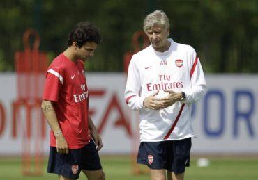 Fabregas (kiri) ketika bersama skuad Wenger sebelum ini.