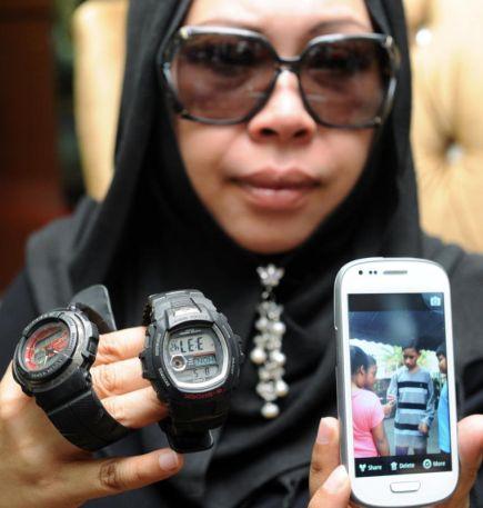 Pengasas produk kecantikan Vida Beauty Datuk Dr Hamiza Osman atau di kenali sebagai Dr Vida menunjukkan rakaman wajah anak sulungnya Muhammad Eddie Zuhdie Mohd. Amin, 11, berbaju raya dan jam tangan milik kedua-dua anaknya pada sidang media pertamanya selepas kejadian kebakaran rumahnya di Ipoh, Perak pada Isnin.