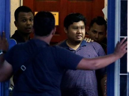 PUKUL ISTERI...Lelaki yang dipercayai memukul isteri di dalam lif di sebuah hospital swasta di Bukit Mertajam, Pulau Pinang (dua, kanan) diiringi anggota Polis ketika menyerah diri di Ibupejabat Polis Daerah (IPD) Kuantan, Pahang pada Khamis. Suspek menyerah diri 4.30 petang selepas menyedari dirinya menjadi buruan Polis. -Foto BERNAMA